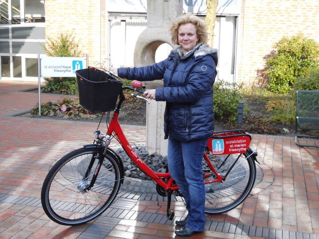 Doris Meyer, Leitung Sozialstation, mit Dienstfahrrad