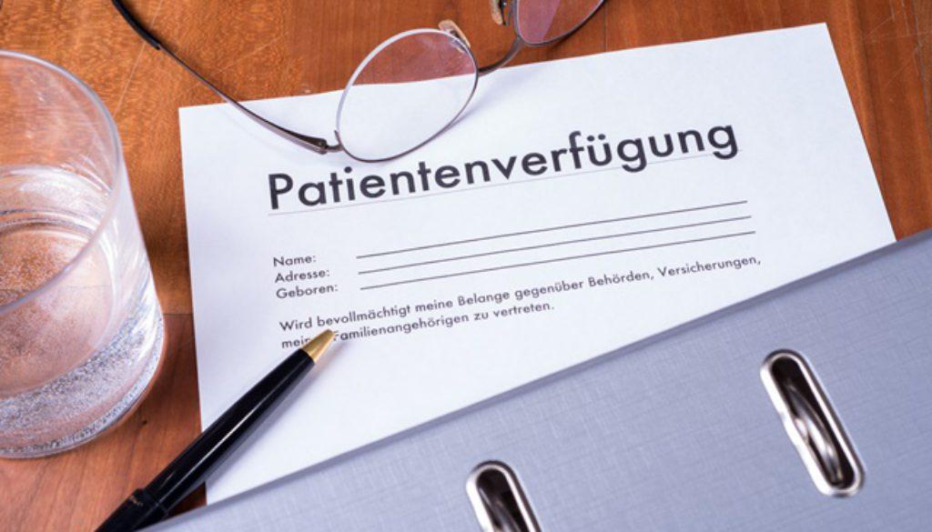 Patientenverfügung mit Ordner Brille und Füller