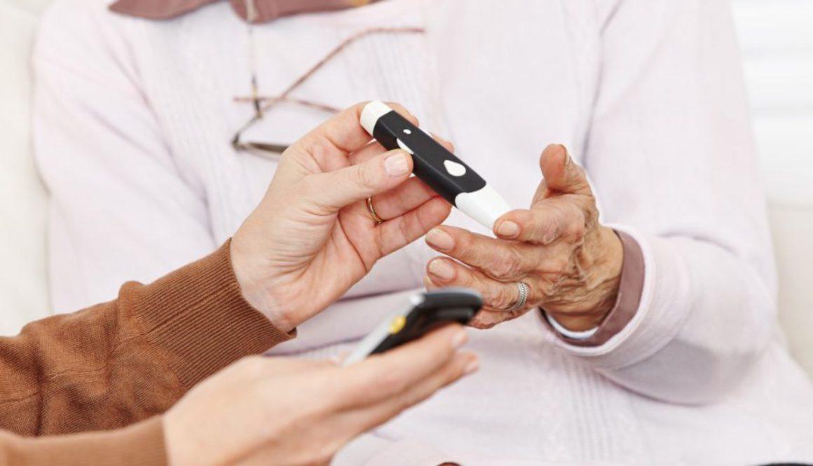 Blutzuckermessung bei Seniorin im Pflegeheim