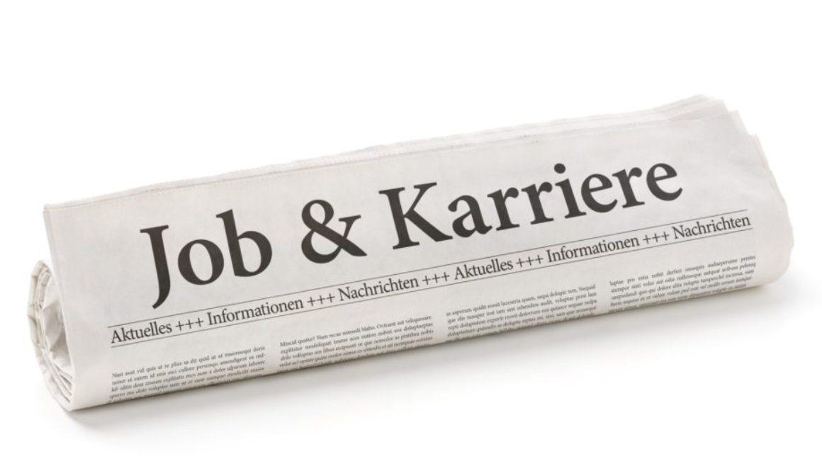 Zeitungsrolle mit der Überschrift Job und Karriere